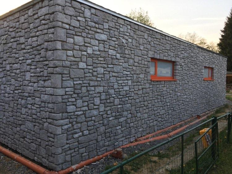 Kamping Glawan CLT gebouw met rustiek traditionele gevelsteen van De Ardennen en moderne ramen