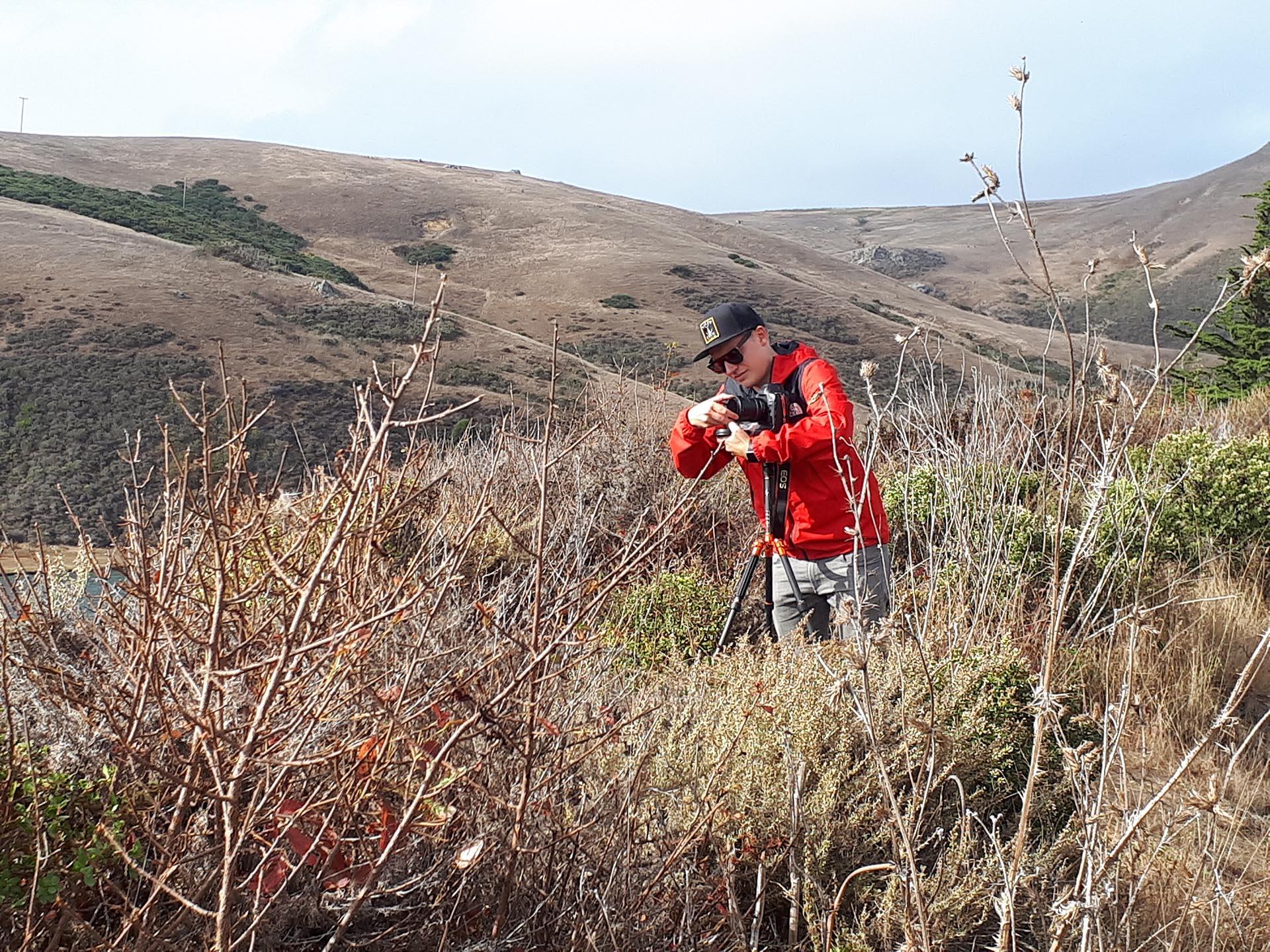 Lorenz Töpfer bei einem Fotoshooting in der Natur.