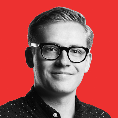 Lorenz Töpfer Portrait Foto mit rotem Hintergrund