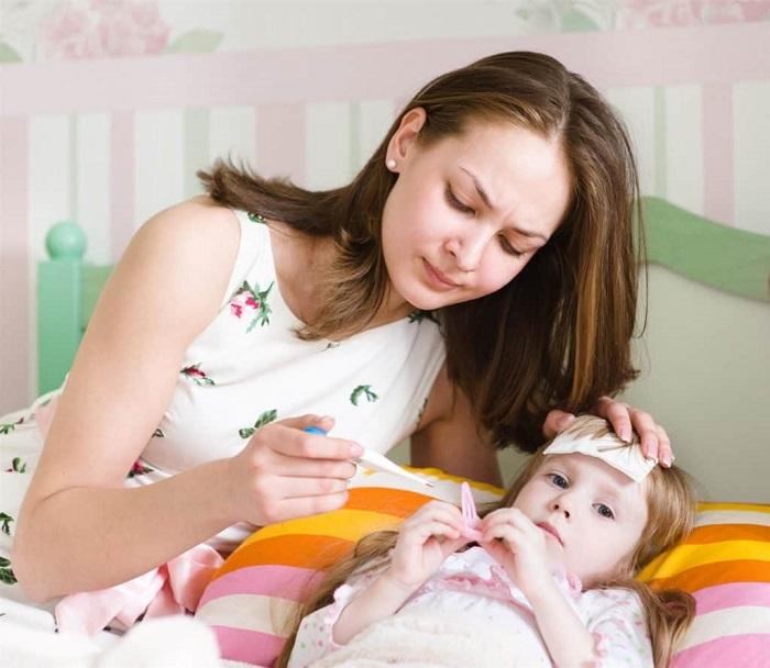 Giúp bé hạ sốt để nhiệt độ cơ thể trở về bình thường