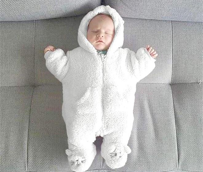 Không nên ủ ấm cho trẻ quá mức sẽ làm toát mồ hôi, gây ra -cảm lạnh