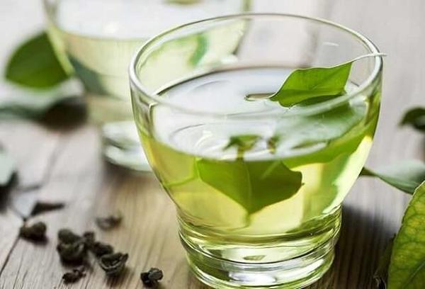 Uống trà xanh giải độc gan