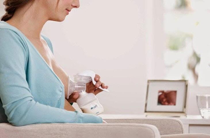 Cách vắt/hút sữa mẹ bằng máy vắt tay