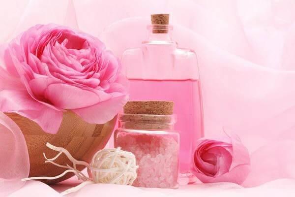 Tại sao phải sử dụng nước hoa hồng cho da dầu mụn?