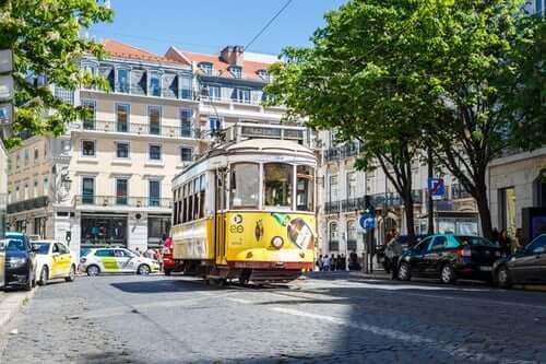 tramway jaune lisbonne portugal