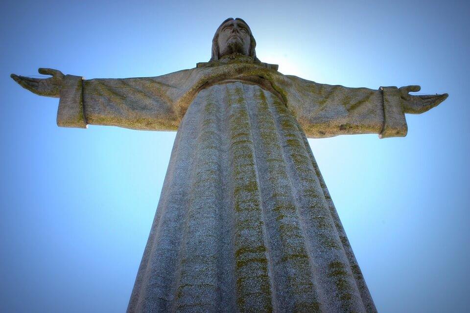 statue jesus lisbonne portugal