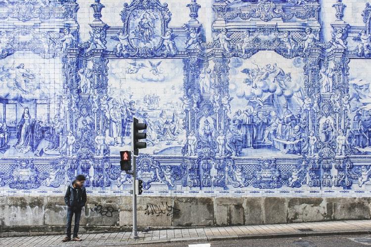 Azulejos dans la rue à Porto