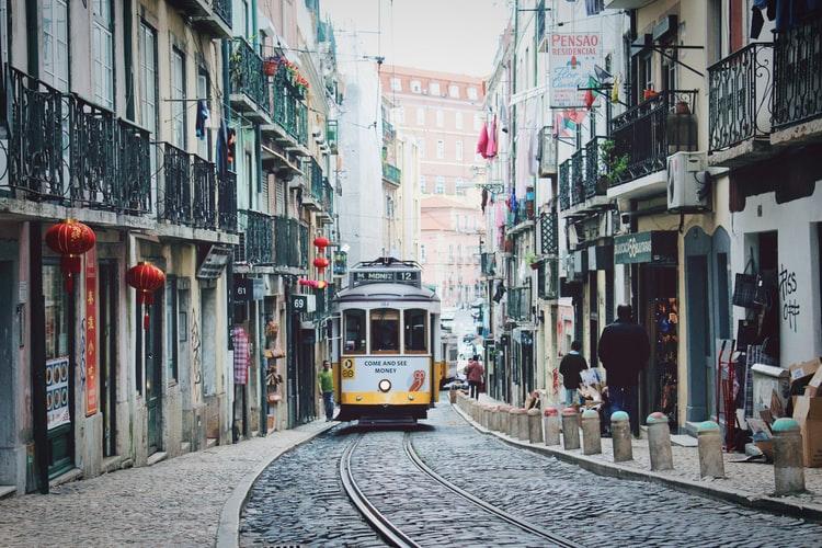 Rue de Lisbonne avec le célèbre tramway