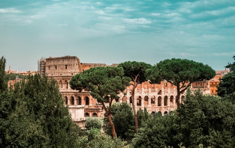 Le Colisée qui se cache derrière la végétation