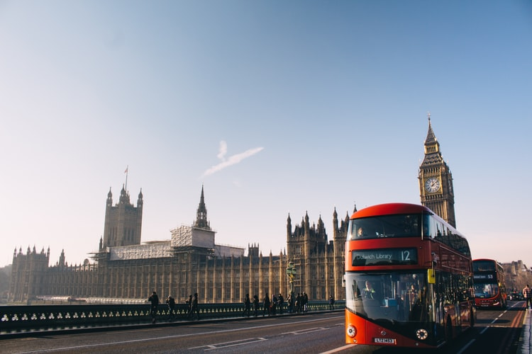 Vue sur le quartier de Westminster avec un bus à double étage