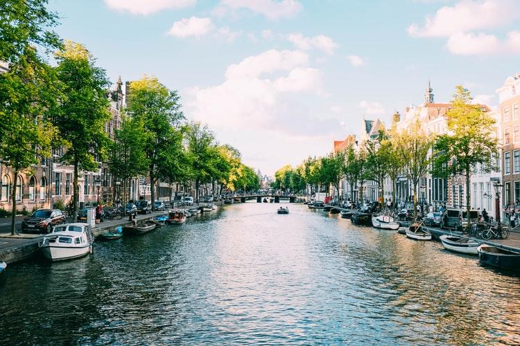 Vue sur le canal d'Amsterdam