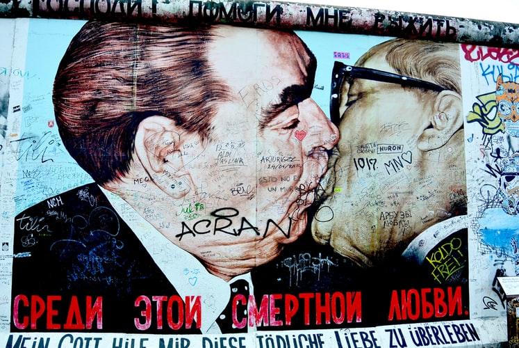 Affiche sur mur à Berlin