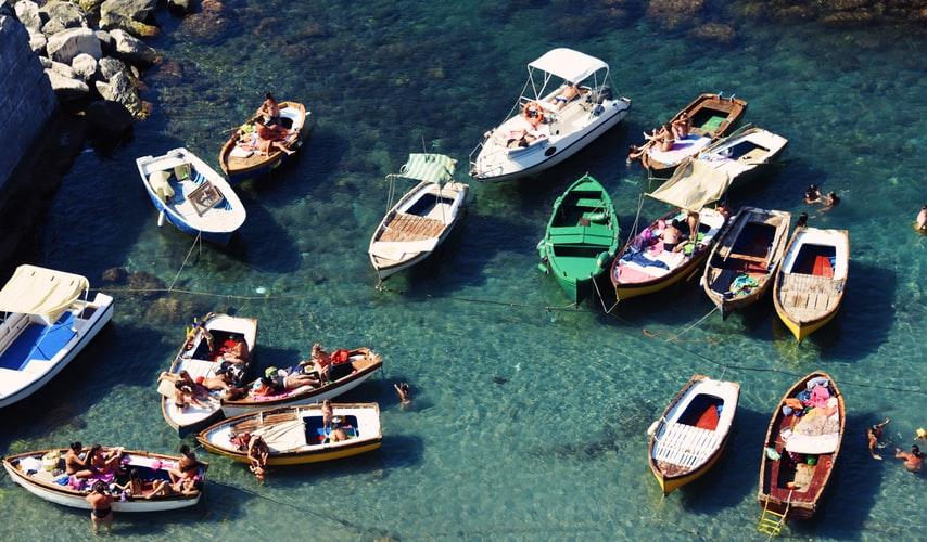Petits bateaux de pêche à Naples
