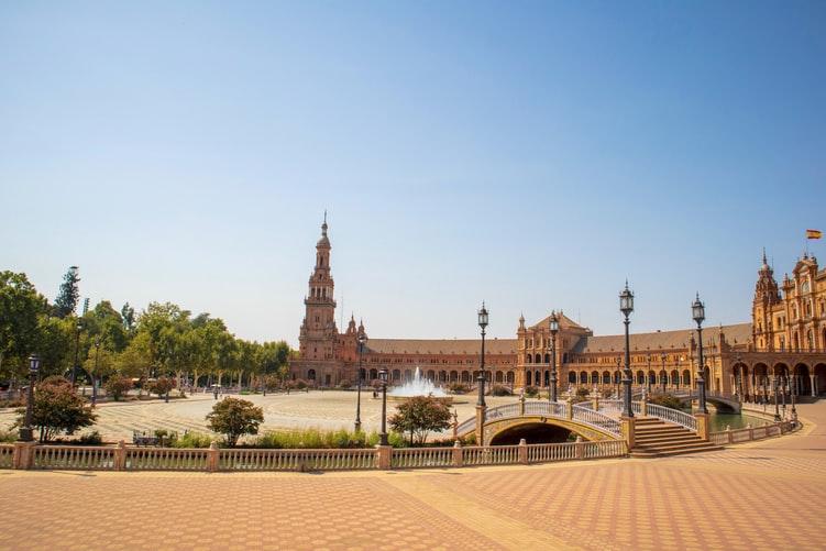 Vue sur la magnifique place d'Espagne proche du parc