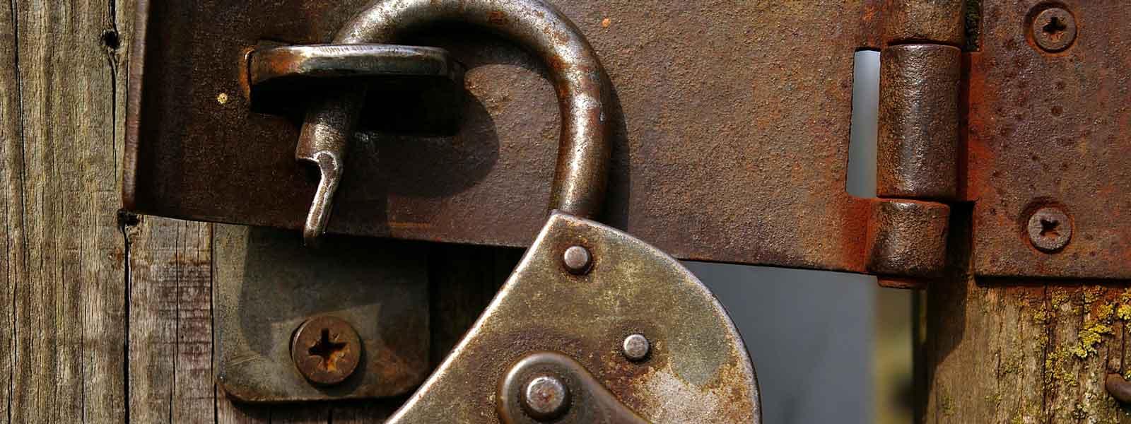 foto van een oud open hangslot