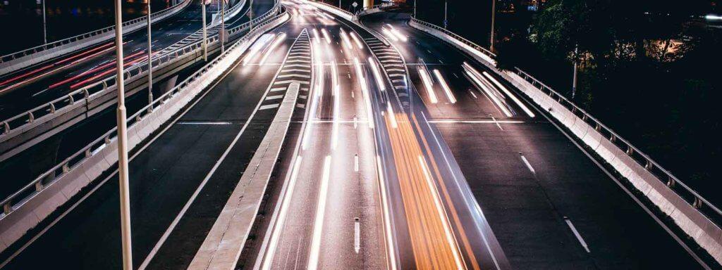 foto van een snelweg in de nacht