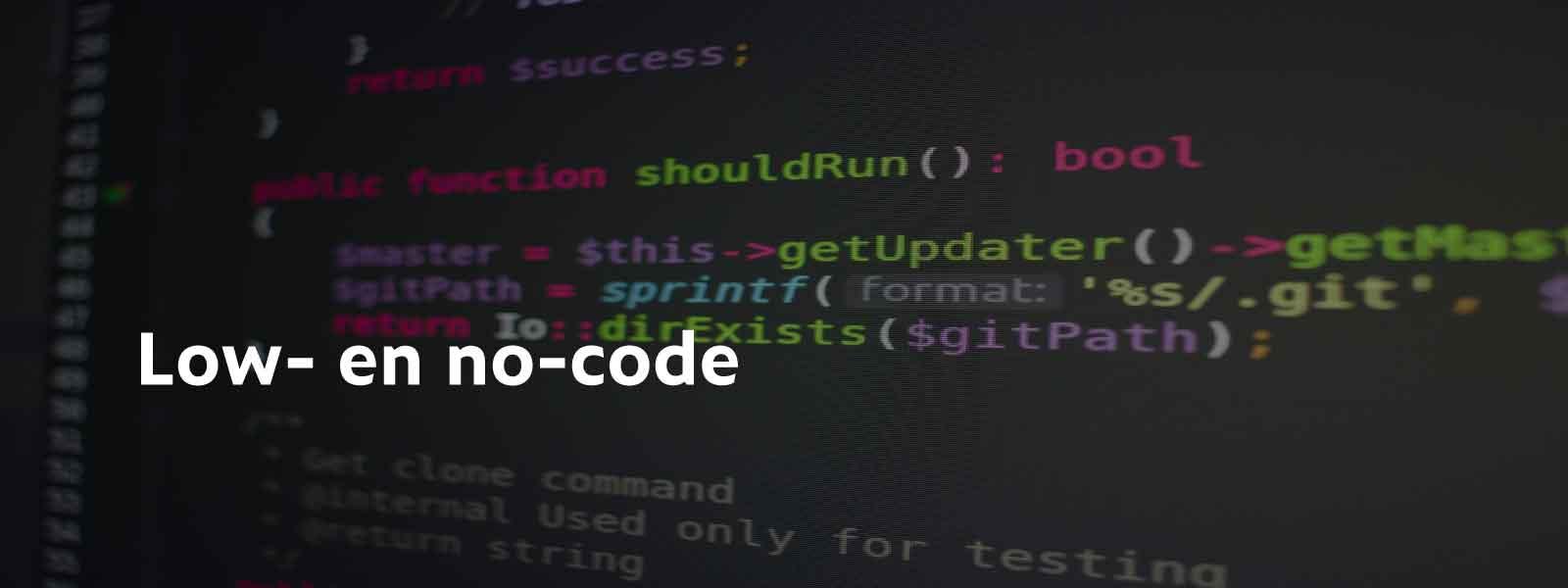 computerscherm met code en de tekst low en no-code