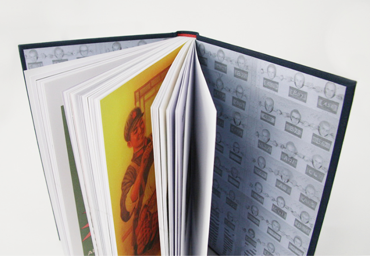 Boek 'de Vergetelheid' staand, met pagina's in een waaier geopend