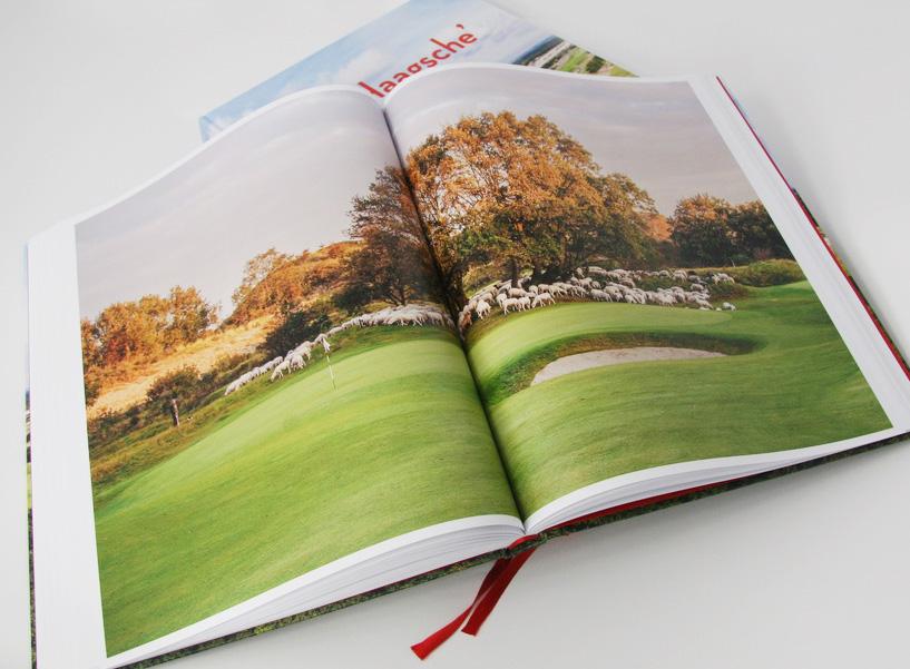Meer pagina's met foto's van de baan in het boek 'De Haagsche'