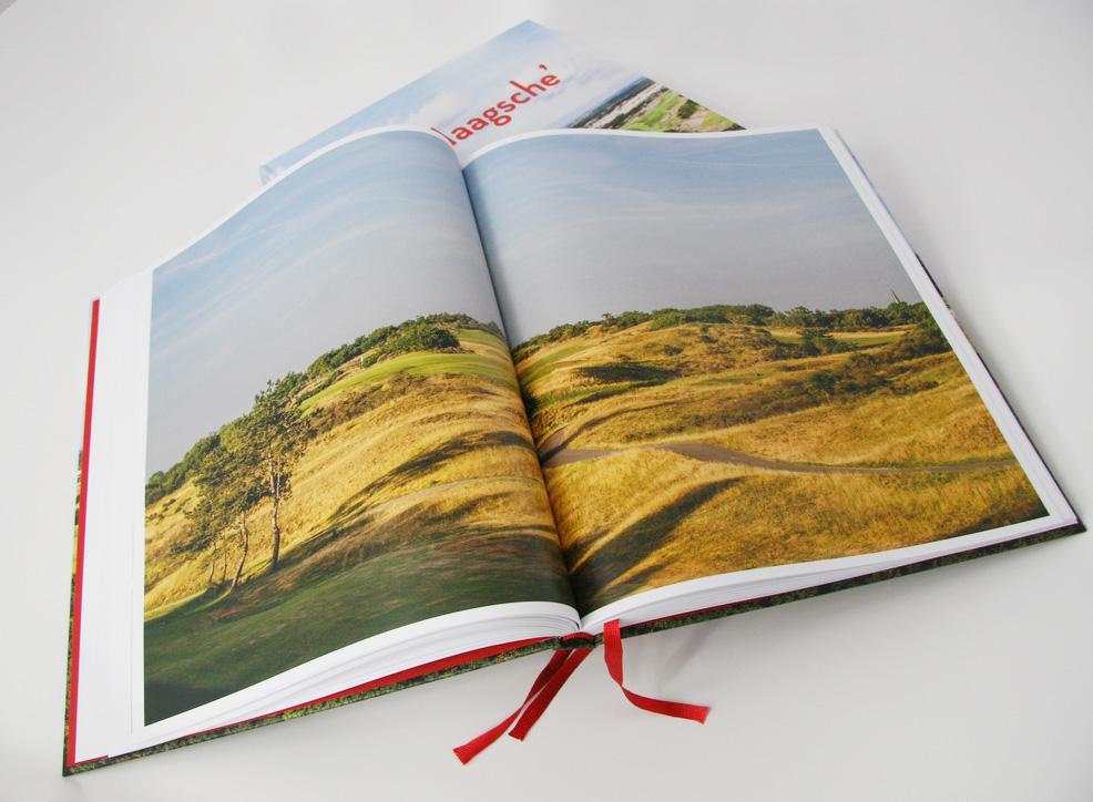 Pagina's met foto's van de baan in het boek 'De Haagsche'