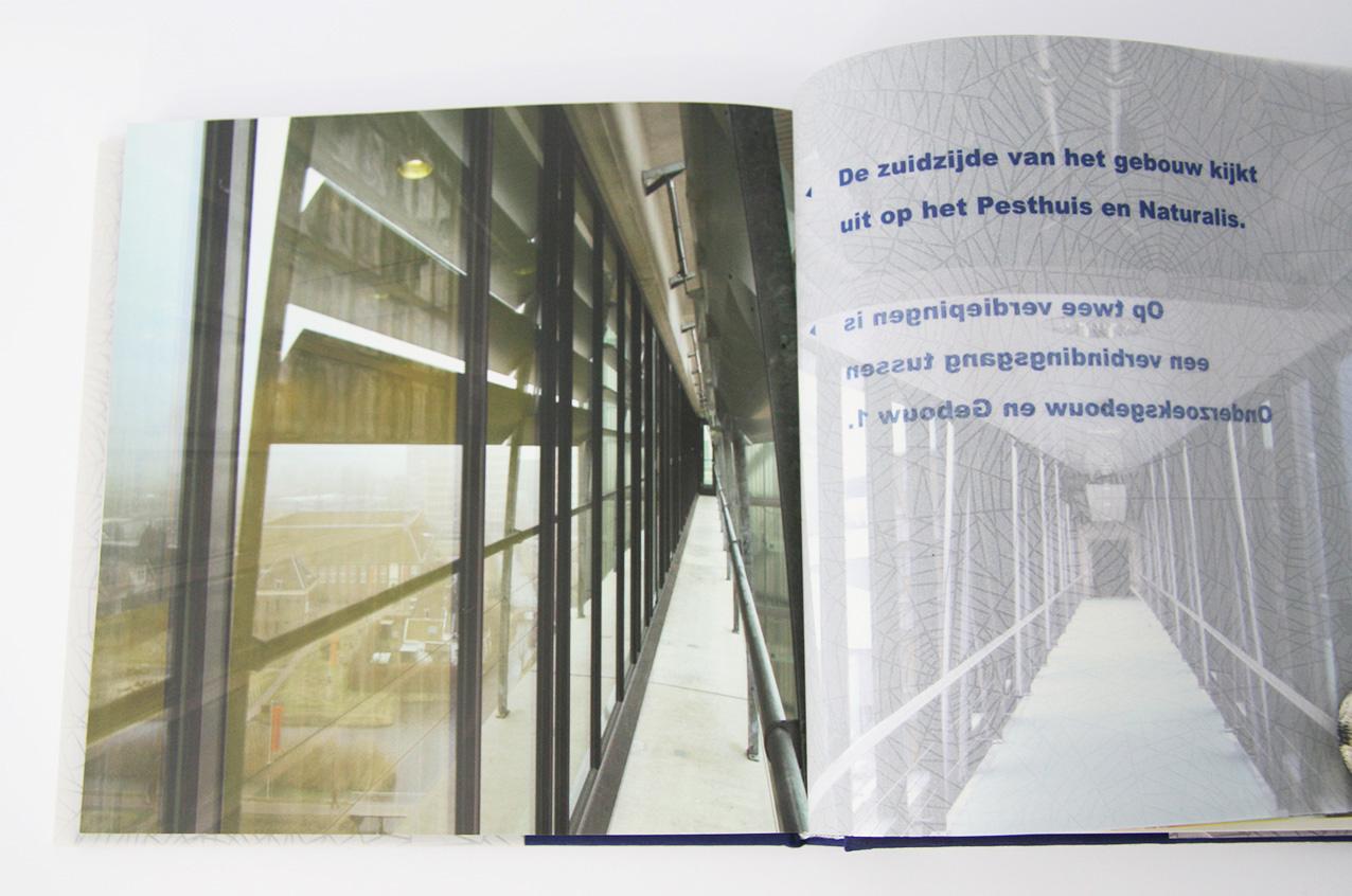 'Bouwen aan het LUMC', bijschrift op spinnenwebpapier rechtss