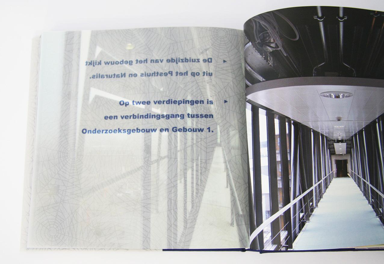 'Bouwen aan het LUMC', bijschrift op spinnenwebpapier links