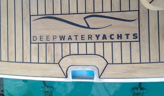 Logo Deep Water Yachts in dek
