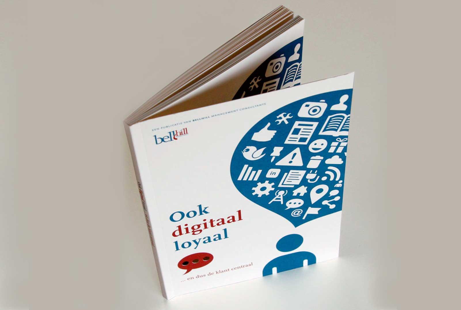 Het boekje 'Digitaal loyaal' staand
