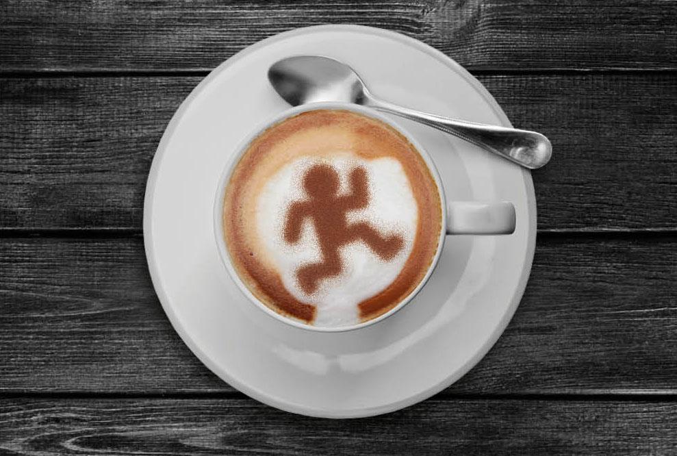Cappuccino met cacau-sjabloon op melkschuim