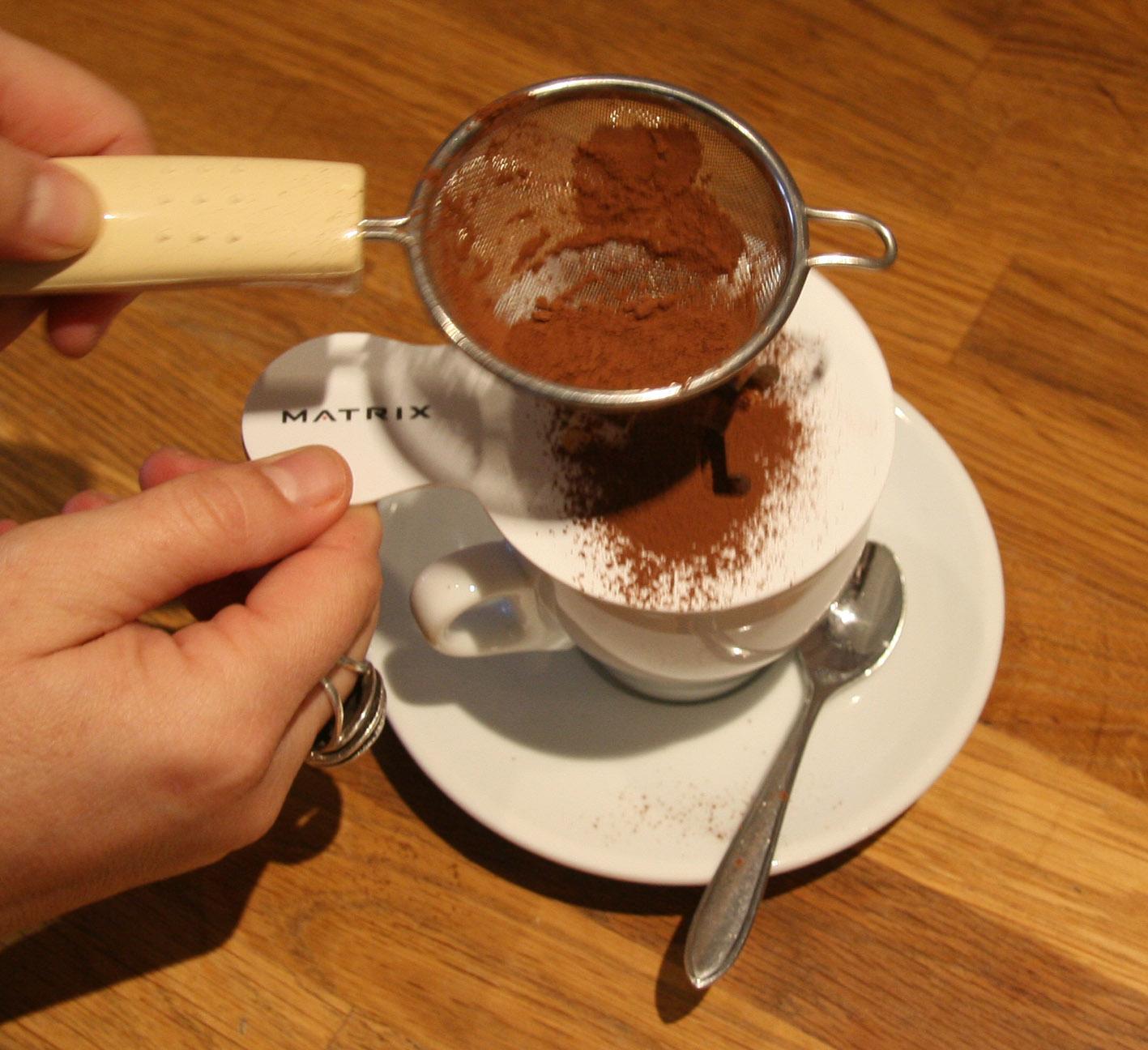 Het aanbrengen van het cacao-sjabloon op het melkschuim 2