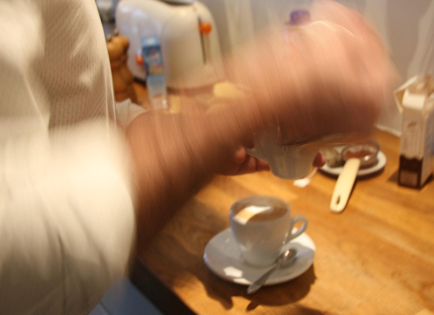 Het aanbrengen van het cacao-sjabloon op het melkschuim