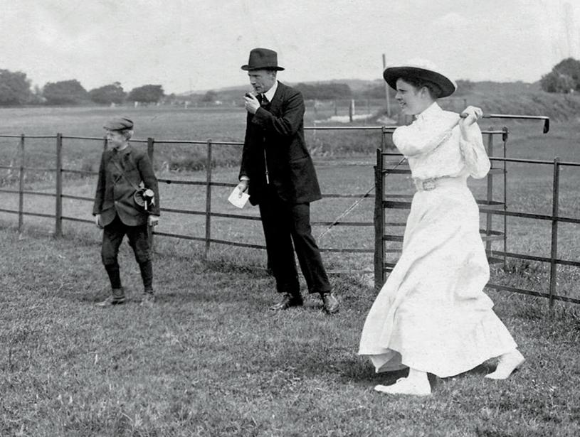 Golfende vrouw in de vorige eeuw