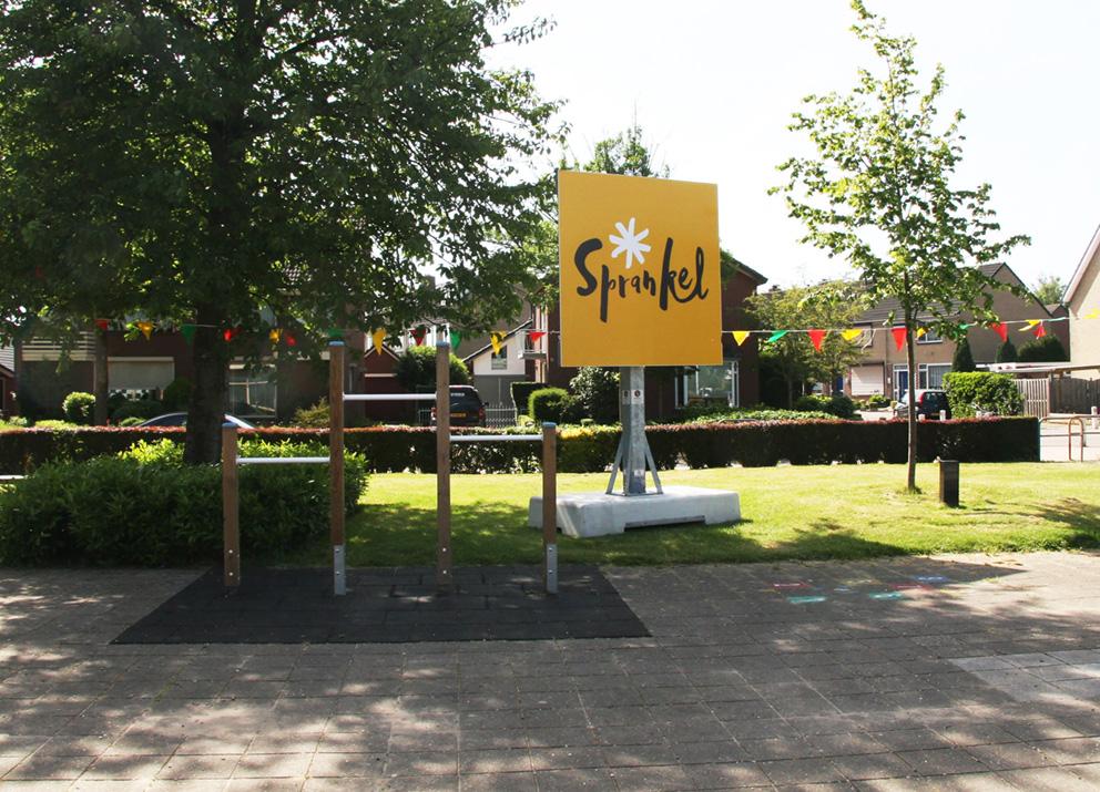 Sprankel logo op bord bij de school