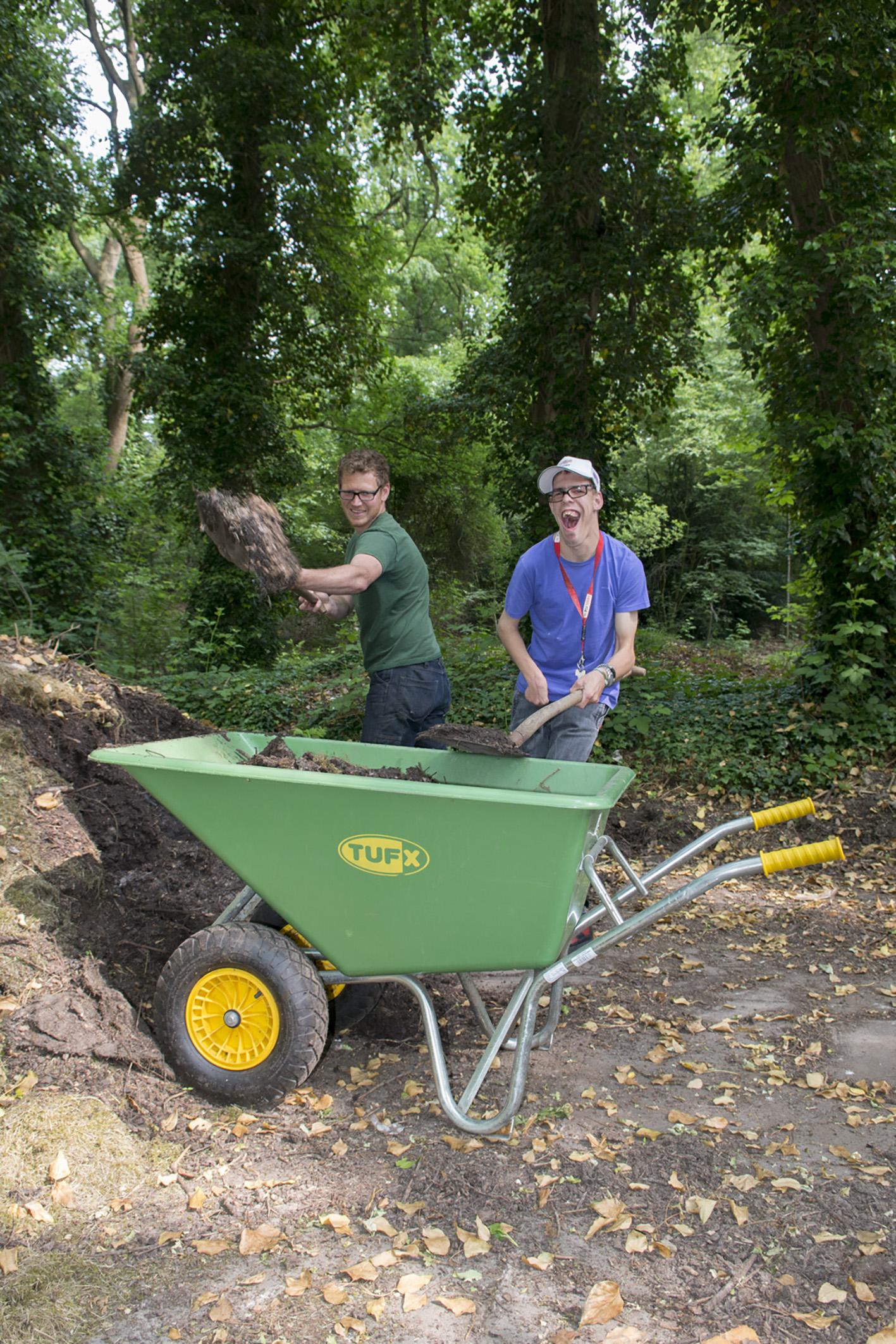 Dit is Zonhove Geoffrey kruiwagen in de tuin helpen