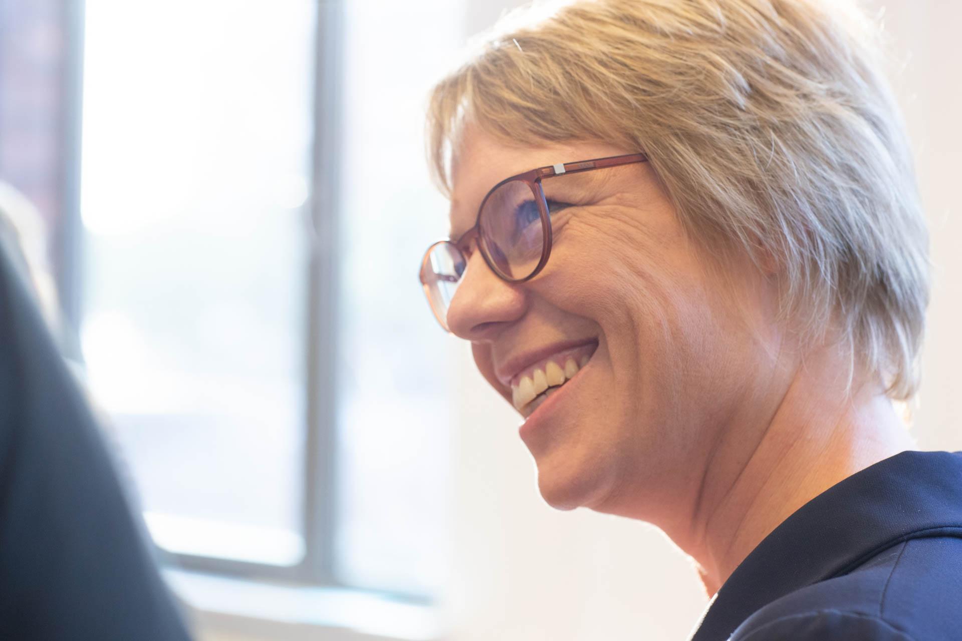 Dr. Kristina Böhlke bei einem Workshop lächelt einen Teilnehmer an