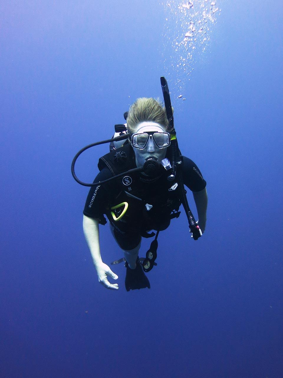 Ein Foto von Kristina Böhlke beim Tauchen mit Schnorchel und Sauerstoffflasche.