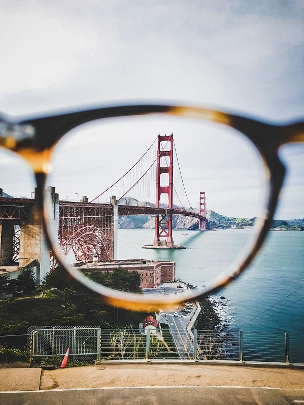 Des lunettes qui rendent net le Golden Gate grâce à des verres de qualité