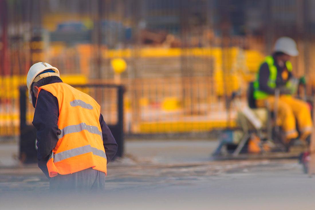 ouvrier du bâtiment sur le chantier