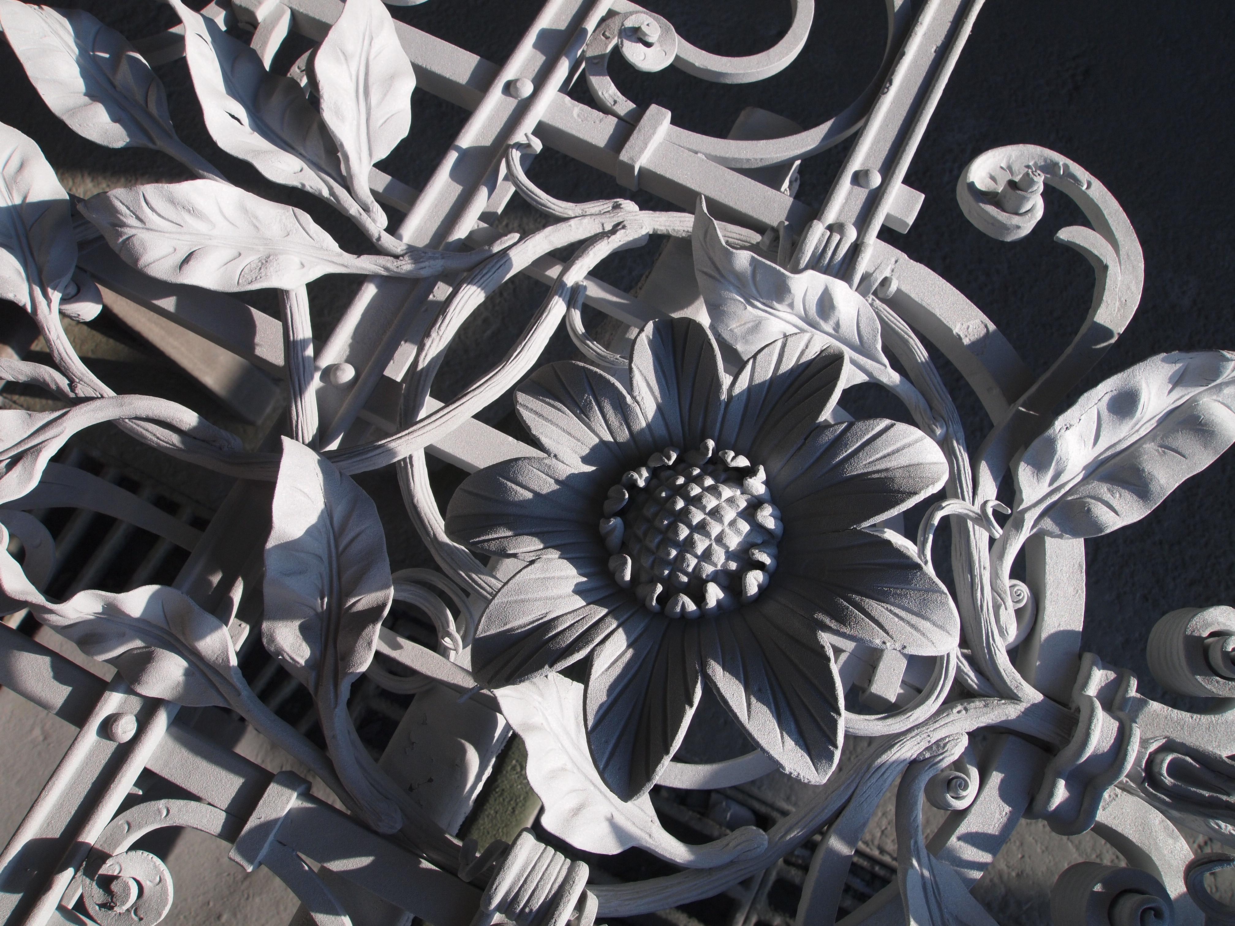 Aluminium bevonat kovácsoltvas korláton.