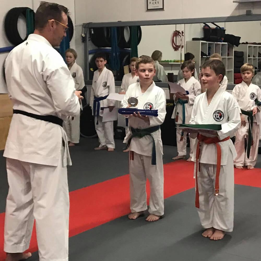 Bild der Absolvierung einer Karateprüfung