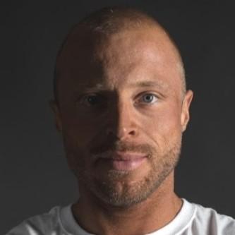 Portrait von Martin Wilfer alias Willi Regelt von schwarzem Hintergrund.