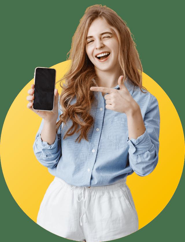 femme qui pointe son téléphone avec un sourire