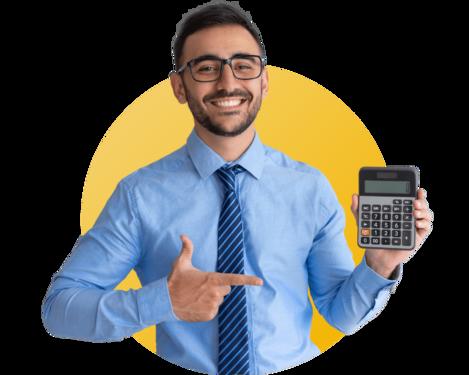 homme souriant qui tiens une calculette