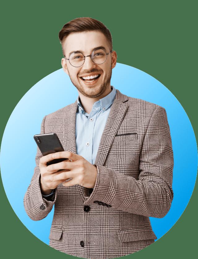 homme souriant tenant son téléphone