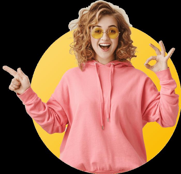 femme blonde avec pullover et lunette souriante