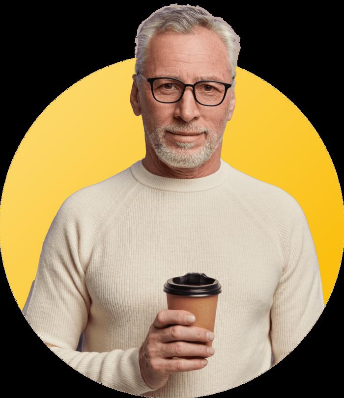sénior avec un café à la main