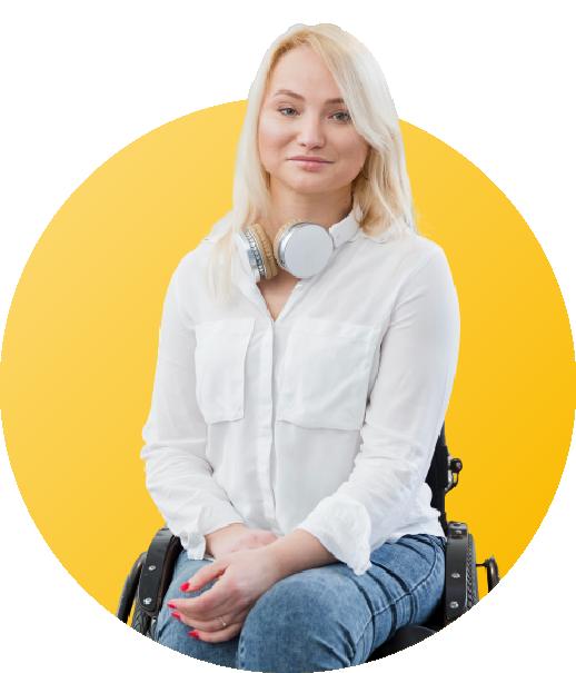 femme en fauteuil roulant souriante