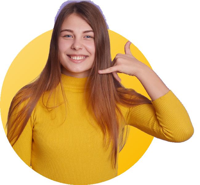 femme souriante avec haut jaune