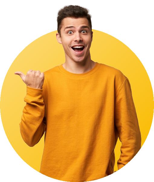 jeune homme avec pull orange souriant