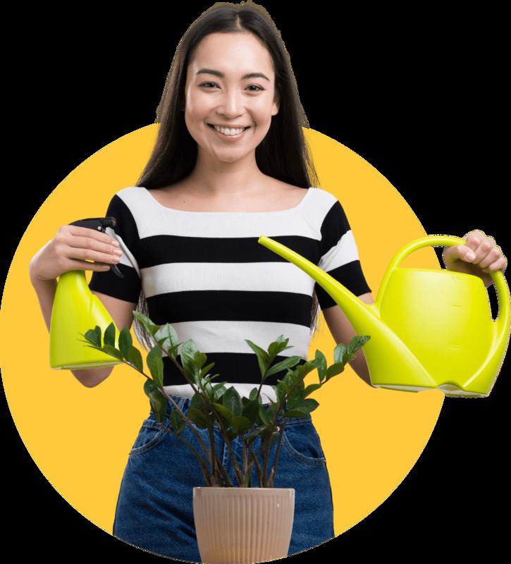 femme qui arrose des plantes
